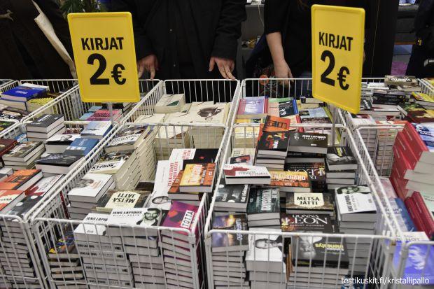 Pinoittain kirjoja. Näissä koreissa tarjolla vaikka matkalle mukaan pikkupokkareita kahden euron hintaan.