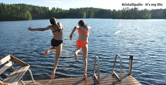 Kristallipallo näyttää paljon hyviä uimakelejä ja rentouttavaa kesää ihan kaikille!